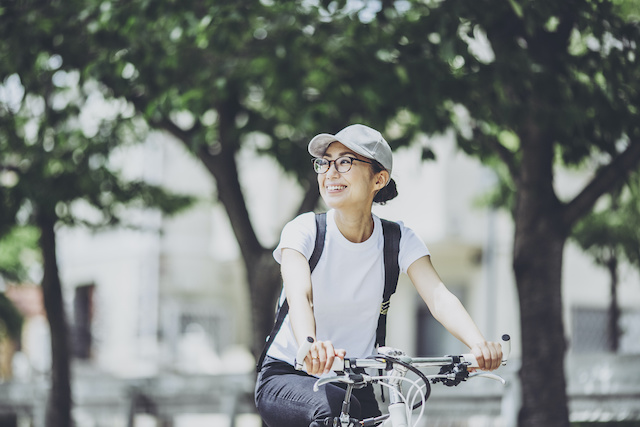 ジャパンボック | A woman riding a bicycle in the greenery